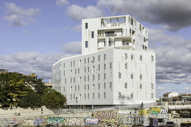 Bélaroïa mit umliegender Graffitiwand