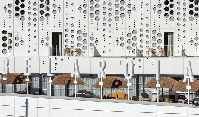 Manuelle Gautrand Architects Bélaroïa Terrasse mit Buchstaben-Elementen