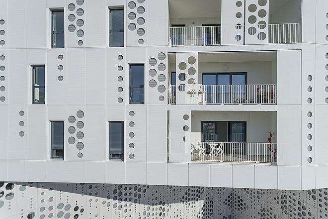 Bélaroïa Fassadendetail mit Schiebeelementen
