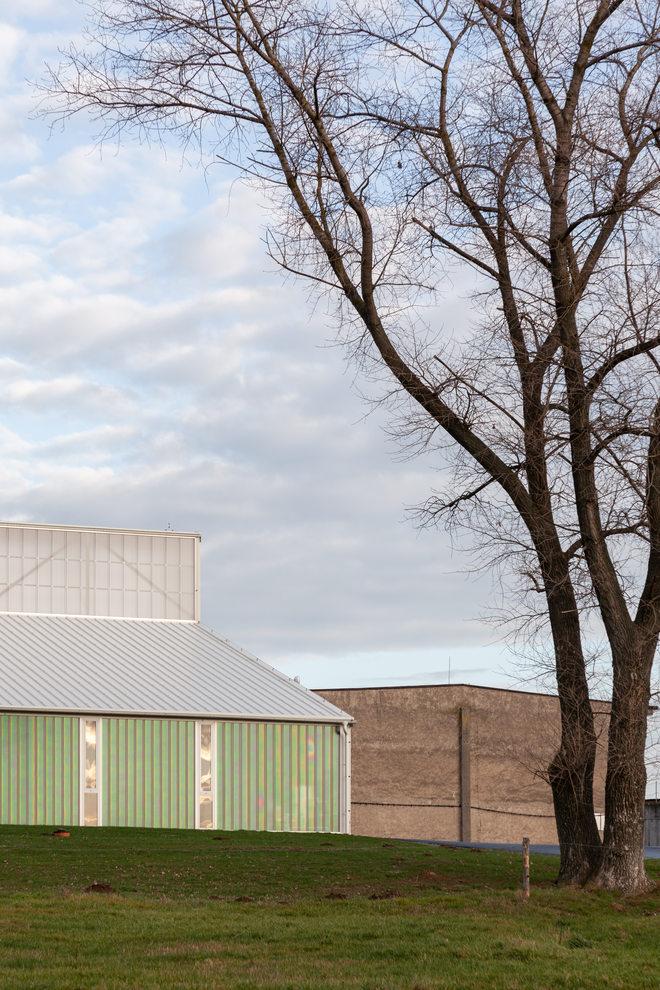 Landwirtschaft trifft auf Poesie: White Shed - eine Werkstatthalle in Opatov von Atelier 111 Architekti