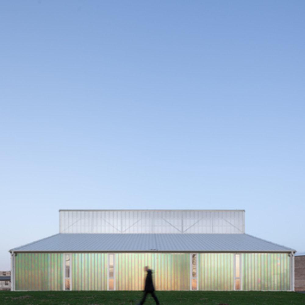 Landwirtschaft trifft auf Poesie: White Shed – eine Werkstatthalle in Opatov von Atelier 111 Architekti