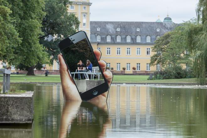zkm medienkunstfestivals 2020 Aram Bartholl Schlosspark Karlsruhe_Hand_mit_Smartphone