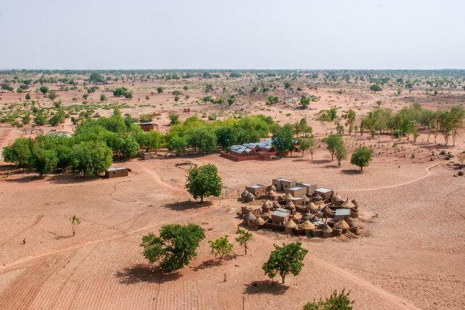 Das Dorf Gando in der Vogelperspektive