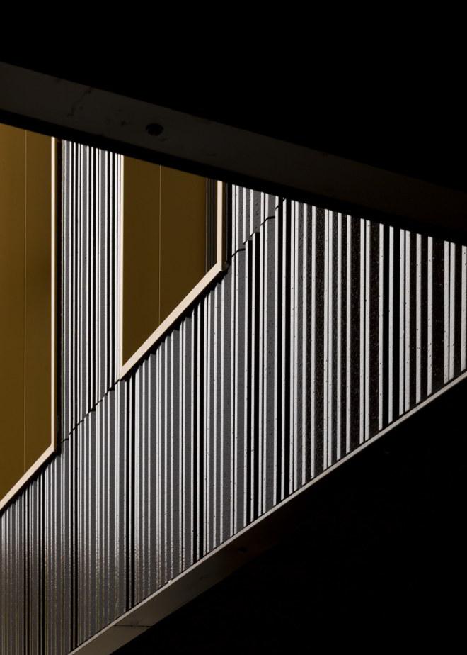 Fassadendetail der Terrakotta-Verkleidung der Pflegeeinrichtung in Nembro