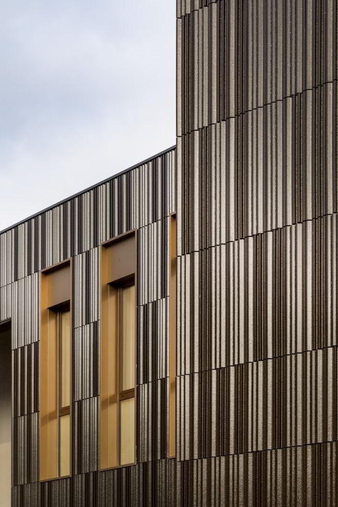 Fassadendetail mit Terrakotta-Verkleidung