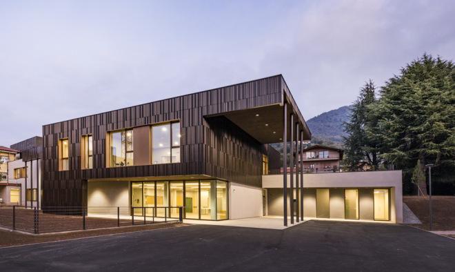 Multi-Service-Zentrum in Nembro von Studio Capitanio, Südfassade bei Nacht