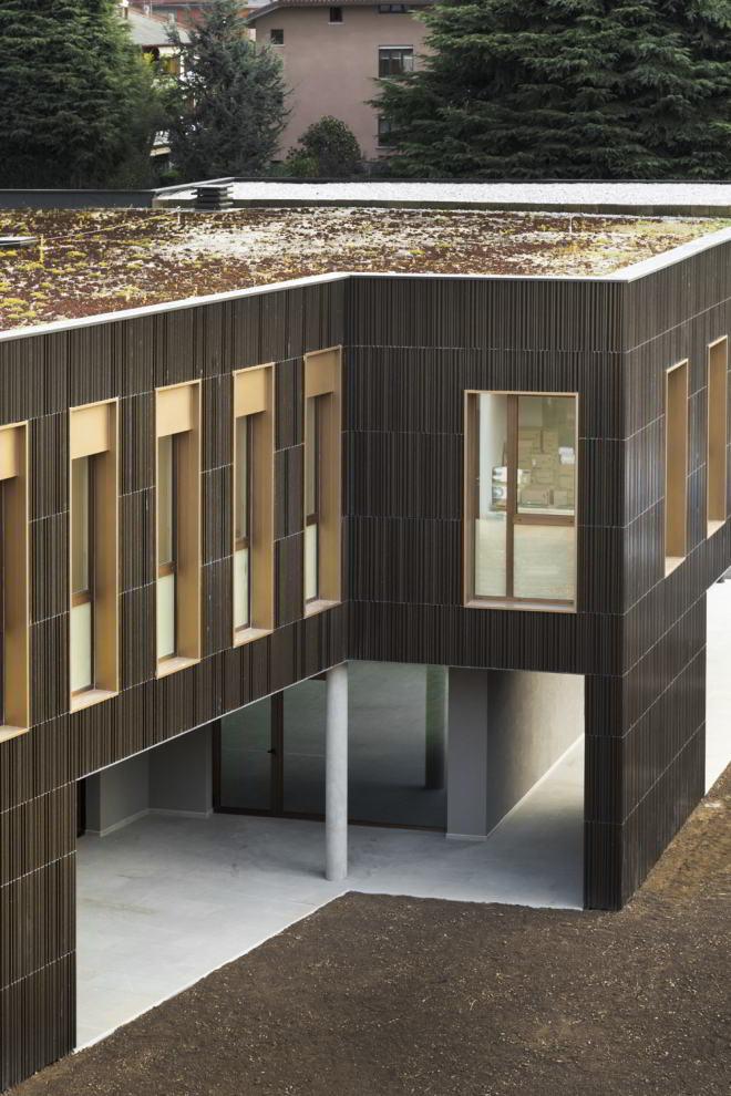 Multi-Pflege-Zentrum, zweistöckiger Riegel mit Fensterreihen